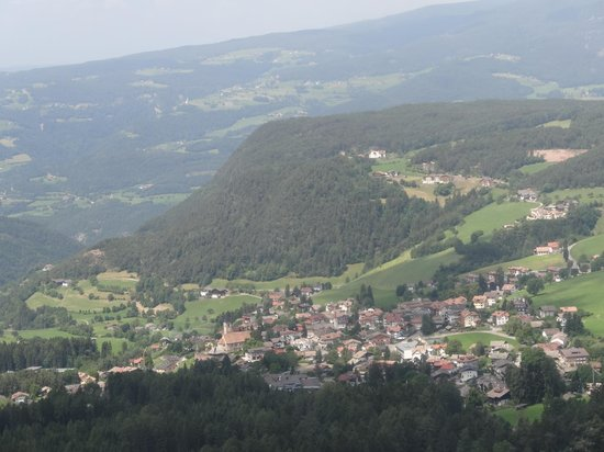 Cabinovia Siusi: Siusi viewed from the cable car