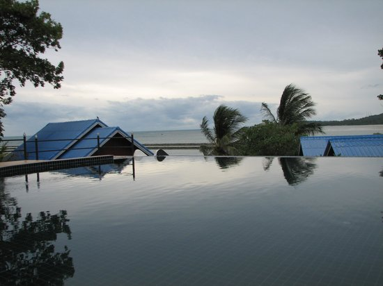Tharathip Resort: a view of the pool