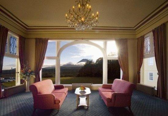 Chateau Tongariro Hotel: Lounge and View