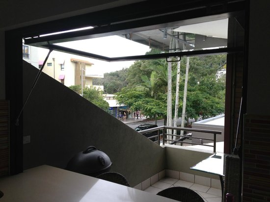 Bella Casa Noosa: Photo from the kitchen onto deck with views of Hastings St