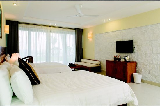 Lang Co Beach Resort: Large guest room