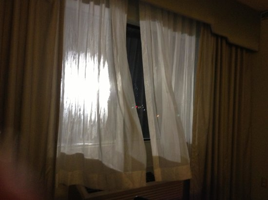 Clarion Hotel Seattle Federal Way: The blaring parking lot light through our sheer curtains