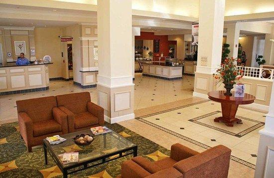 Hilton Garden Inn Tucson Airport: Lobby and Atrium