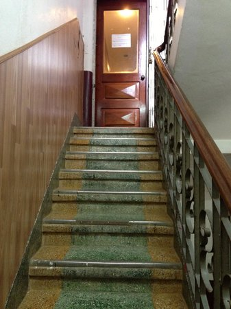 Seng Lao Hotel: stairs leading to 3rd floor which is closed to prevent mosquitoes from coming in