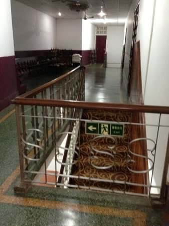 Seng Lao Hotel: stairs leading to 2nd floor