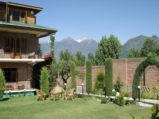 The Oasis Srinagar: The Oasis Guest House - garden with mountain views
