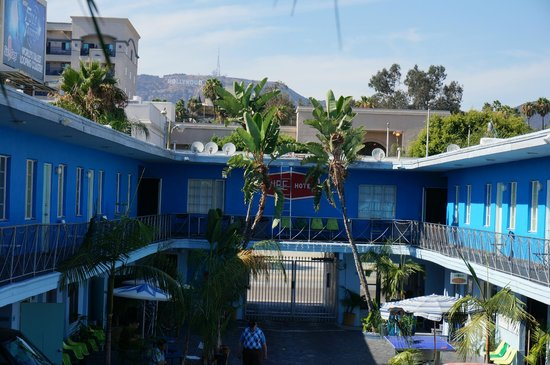 Banana Bungalow Hollywood: View and hostel parking
