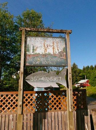 Mineral Lake Resort : Sign at the entrance.