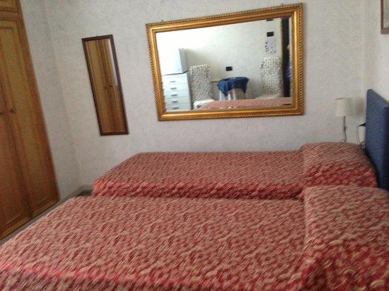 Hotel Leopoldo: номер с 2  кроватями