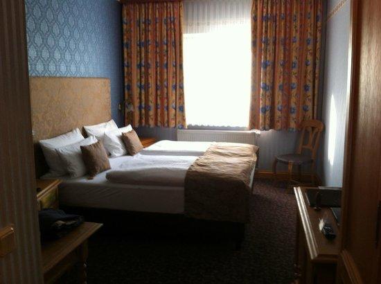 Hotel Linther Hof: Zimmer von Tür aus