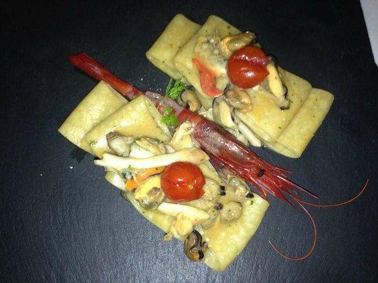 Osteria la Lira : Paccheri di mare con gambero rosso crudo e pomodorino confit