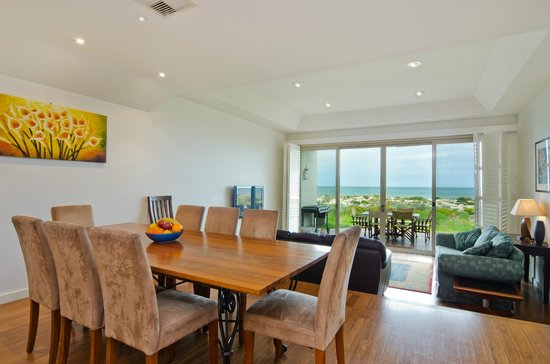 Adelaide Beaches Holiday Villas - Townhouse 2 - Dining and living area