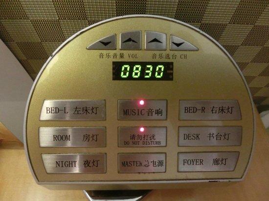 The Garden Hotel Guangzhou: サウンドシステムと部屋の電灯スイッチ