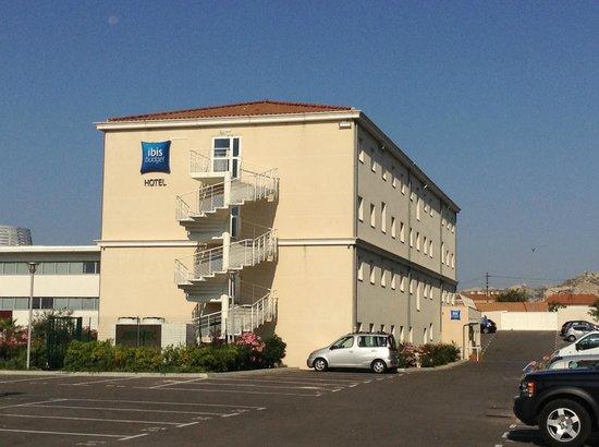 Ibis Budget Marseille l'Estaque: Vue depuis l'entrée du parking