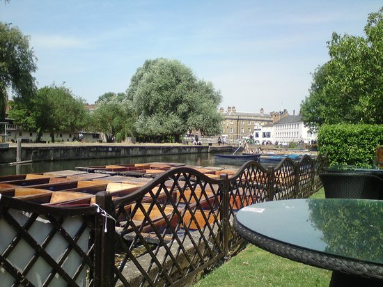 Doubletree by Hilton Cambridge City Centre: Punt hire next to hotel from terrace
