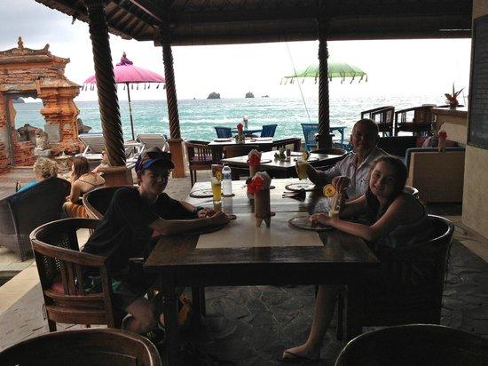 Puri Oka Beach Bungalows: The dining area adjacent to the pool and beach