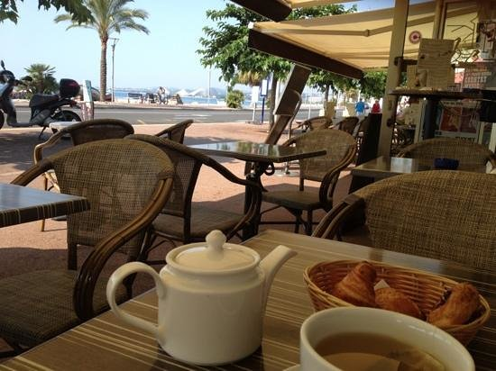 Caffe Riviera: Petit déjeuner en terrasse