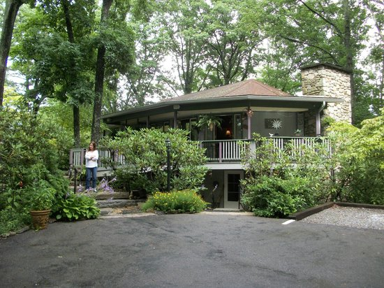 Crooked Oak Mountain Inn : Another view of the Inn