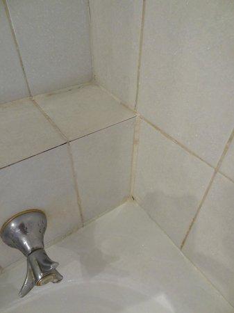 Skycity Darwin : Shower over the bath - urgh