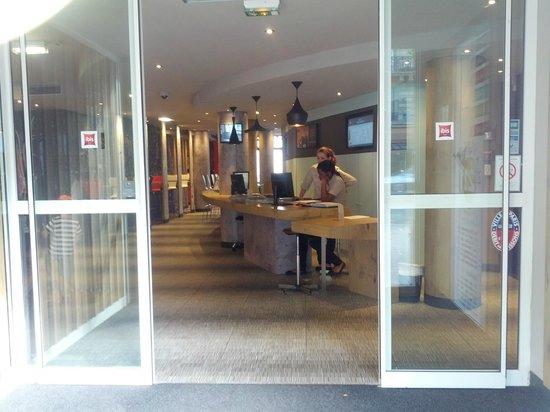 Ibis Paris Gare de Lyon Ledru Rollin 12eme: Entrée de l'hôtel