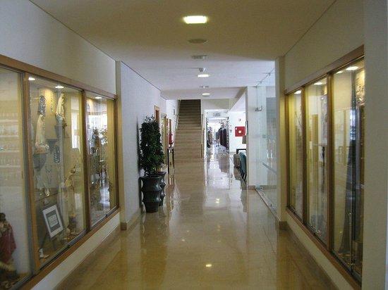 Cinquentenario Hotel: corridoio con esposizione
