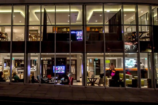 Holiday Inn London - Camden Lock: The Open Lobby by night, doesn't this look stunning?