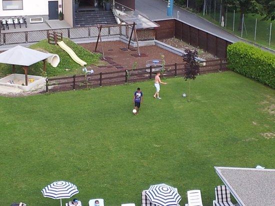 Vitalhotel Glocknerhof : Courtyard....grandson playing soccer