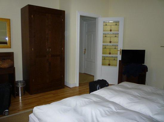 Hotel Restaurant Hinterding: bedroom with glass door