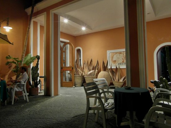 Hotel Terme Castaldi: Eingangsbereich am Abend bei einem Gläschen Wein (und sogar Gesangseinlagen der Gäste)