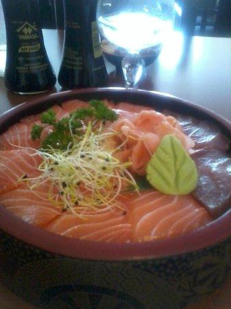 Oketa : menu E assortiment saumon et thon sur riz vinaigré beau et  délicieux