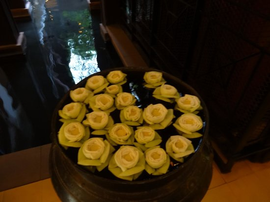Victoria Angkor Resort & Spa: Floating flowers in foyer