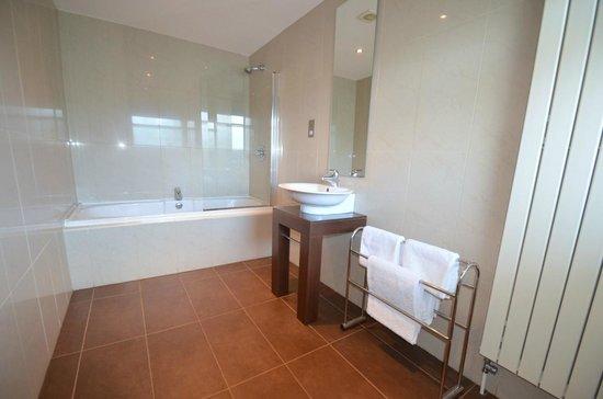 93a Grey Street Apartments: Bathroom