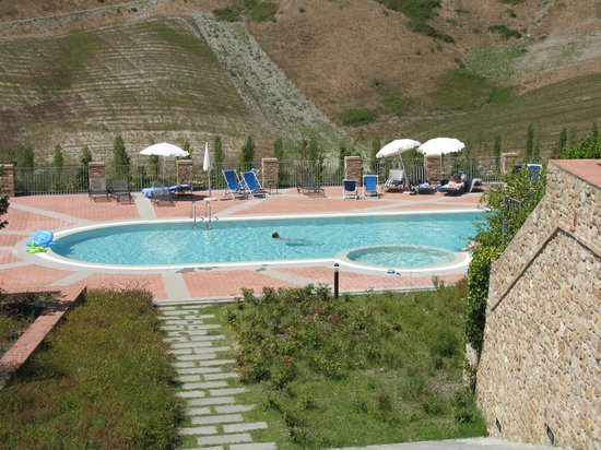Fattoria Santo Stefano: The town houses and pool
