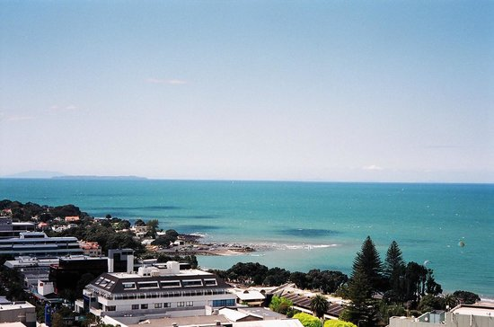 The Spencer on Byron Hotel: View of Takapuna Beach from my room at the Spencer