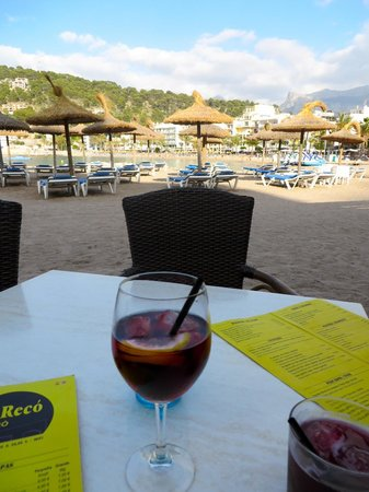 Café bar Es Recó: Outdoor seating on the beach with a view