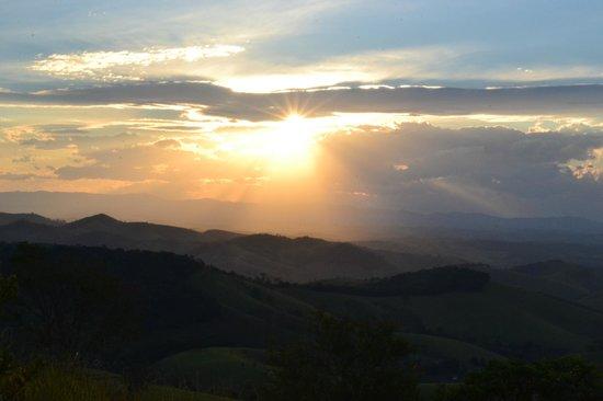 Pousada Quinta da Serra: Por do sol, visto do quarto.