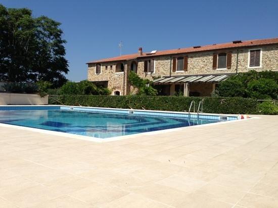 Casa Vacanze Lo Stellino : solarium, piscina e vista della struttura