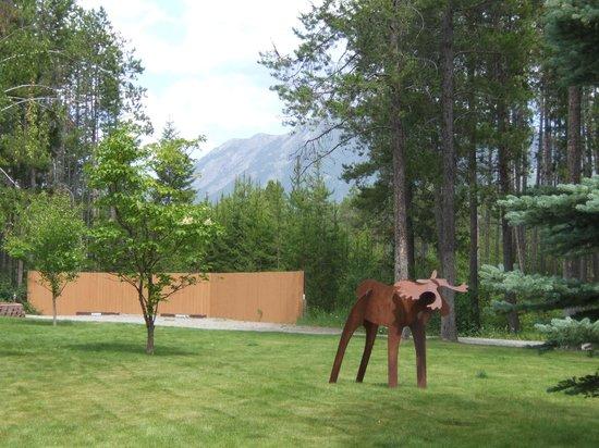 Silverwolf Log Chalet Resort: Resident moose yard art