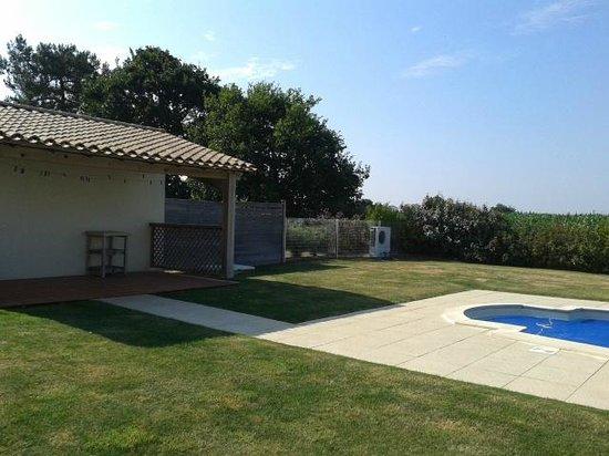 Madame Vacances Résidence Les Fontenelles : Vue extérieure à l'arrière de la villa