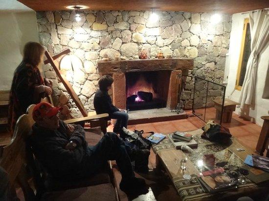 Huaira Huasi: Living-Estar-Chimenea de la cabaña