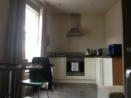 BASE Serviced Apartments Chester : Kitchen area
