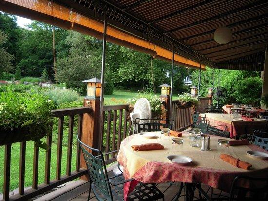 Settlers Inn: patio