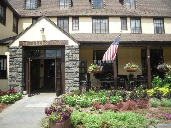 Settlers Inn: front