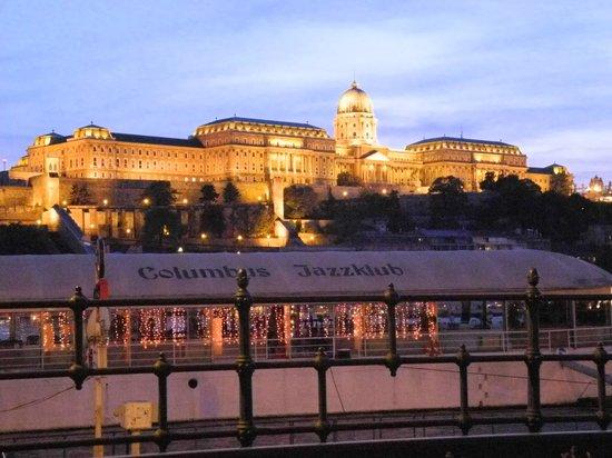 Korzo - Danube Embankment (Dunakorzó): Blick vom Donaucorso zur Burg