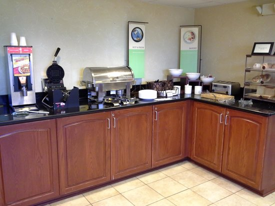 Country Inn & Suites By Carlson, Rochester Airport - University Area: the 'hot' section at breakfast