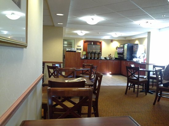 Country Inn & Suites By Carlson, Rochester Airport - University Area: breakfast