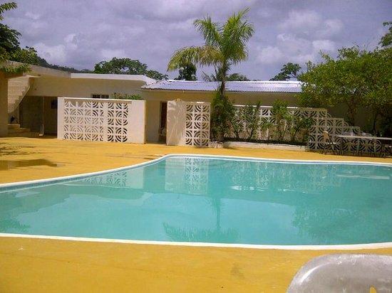 San San Tropez Villa-Hotel: rooms surround a nice deep pool