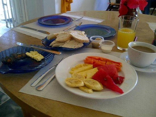 San San Tropez Villa-Hotel: Great fresh fruit and coffee breakfast with home made bread