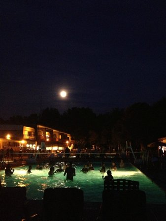 Strawberry Park Resort: Night time good times at the pool!