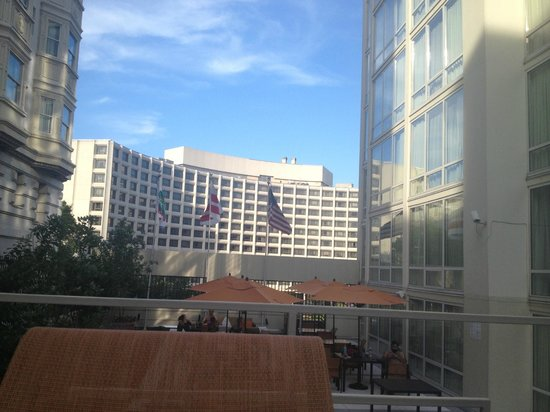 Courtyard by Marriott Washington DC \ Dupont Circle: hilton acroos the hotel, view from the pool